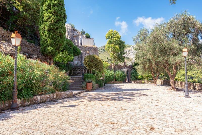 A entrada do cemitério do pitoresco vilarejo medieval francês de Eze imagem de stock royalty free