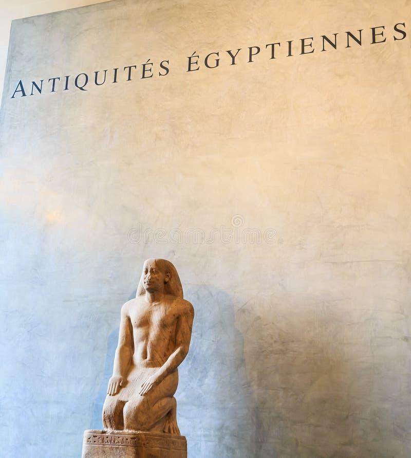 A entrada do departamento egípcio do ` da antiguidade do ` Museu da grelha paris fotografia de stock