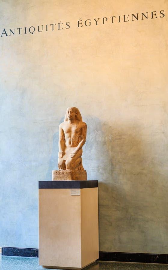 A entrada do departamento egípcio do ` da antiguidade do ` Museu da grelha paris fotos de stock