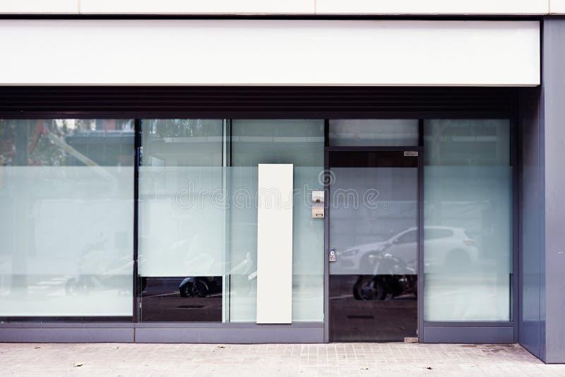 Entrada do escritório da loja com a bandeira de anúncio vazia exterior acima da porta e da janela, espaço para a disposição de pr fotos de stock