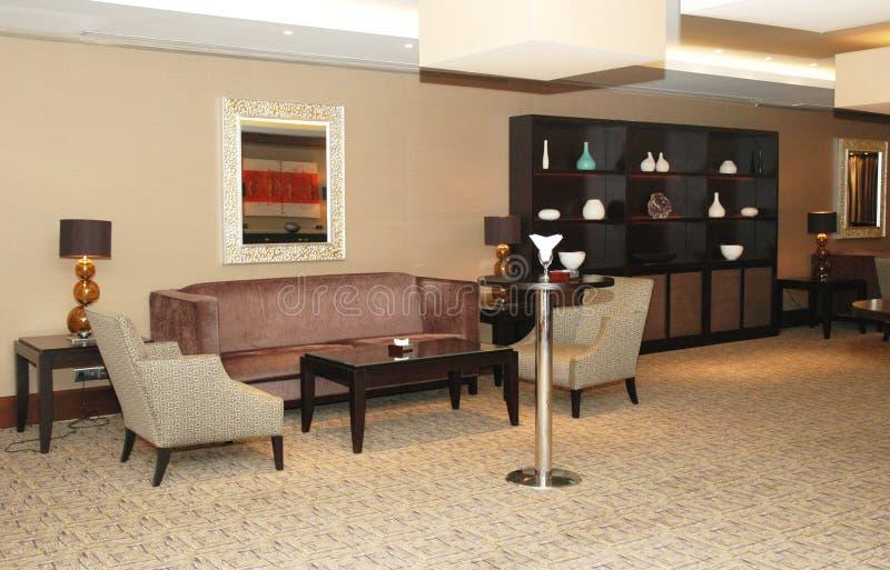 Entrada do hotel com sofás imagem de stock royalty free