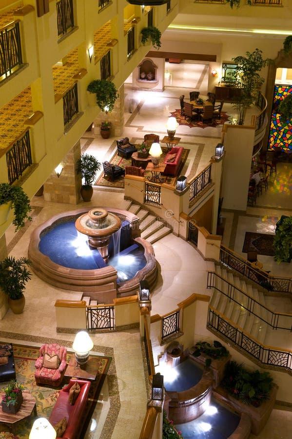 Entrada do hotel de luxo com fontes imagem de stock royalty free