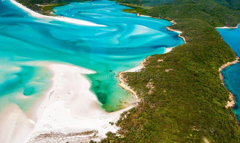 Entrada do monte de um helicóptero sobre a ilha do domingo de Pentecostes - areias brancas de roda fotos de stock