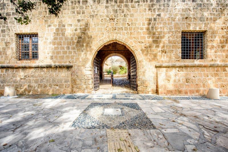 Entrada do pátio do monastério de Agia Napa em Chipre foto de stock