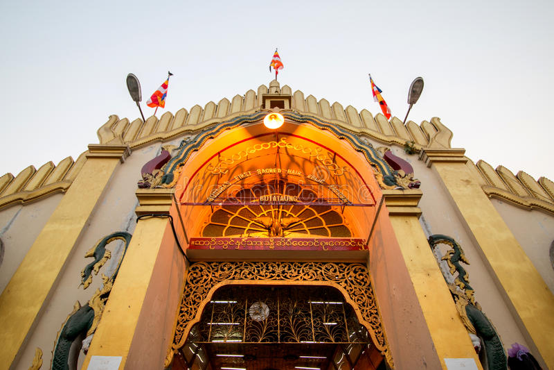 A entrada do pagode de Yangon Botataung, Budas primeiro ha sagrado fotografia de stock