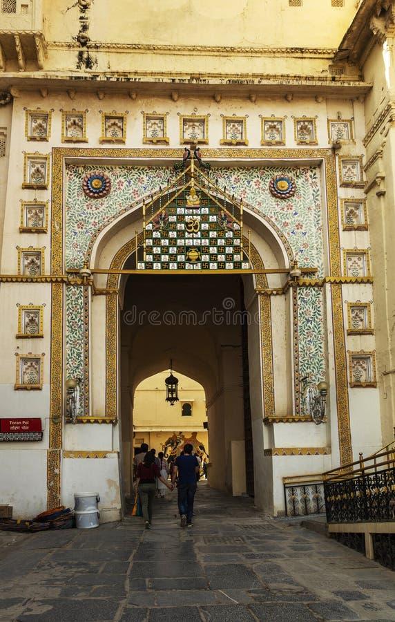 Entrada do palácio da cidade, Udaipur, Rajasthan, Índia imagens de stock