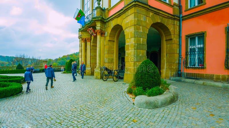 A entrada do palácio no Polônia - jardim bonito do palácio - vista das montanhas altas - um lugar a dar uma volta - em janeiro de imagens de stock