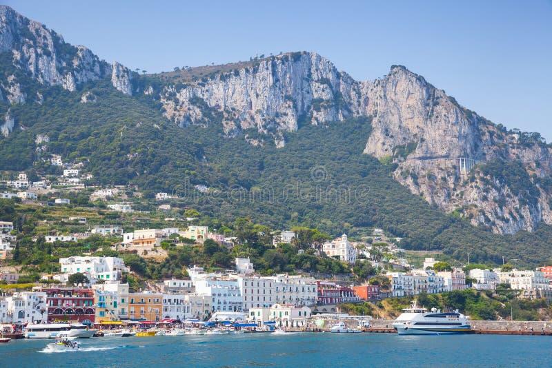 Entrada do porto da ilha de Capri, Itália, baía de Nápoles fotografia de stock
