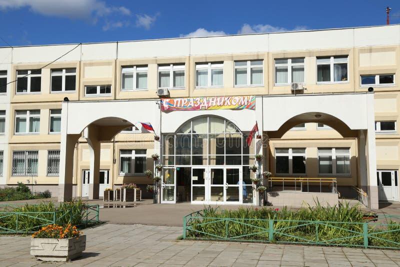 Entrada do prédio da escola secundário genérico imagens de stock
