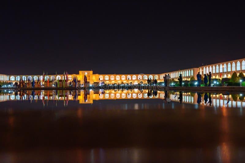 Entrada do quadrado e do bazar de Naqsh-e Jahan na noite isfahan irã foto de stock