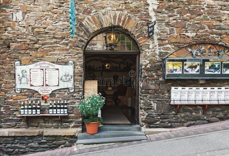Entrada do restaurante e da loja do vinho em Cochem foto de stock royalty free