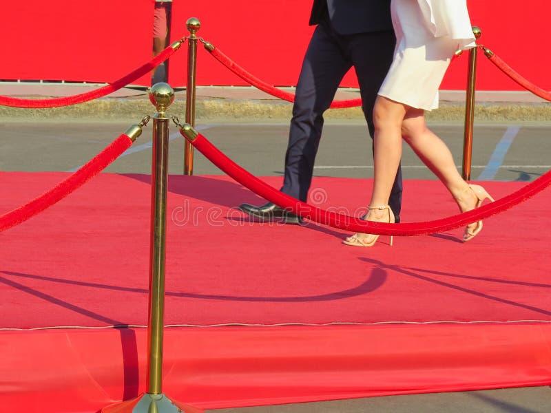 entrada do tapete vermelho com postes e cordas dourados Candidatos da celebridade a premiere Estrelas na concessão festiva dos pr imagem de stock