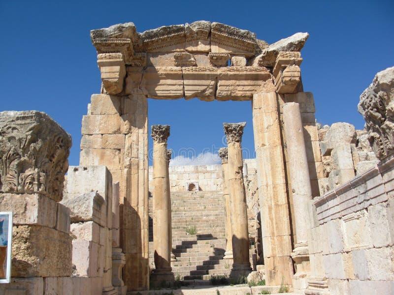 Entrada do templo de Jerash imagem de stock