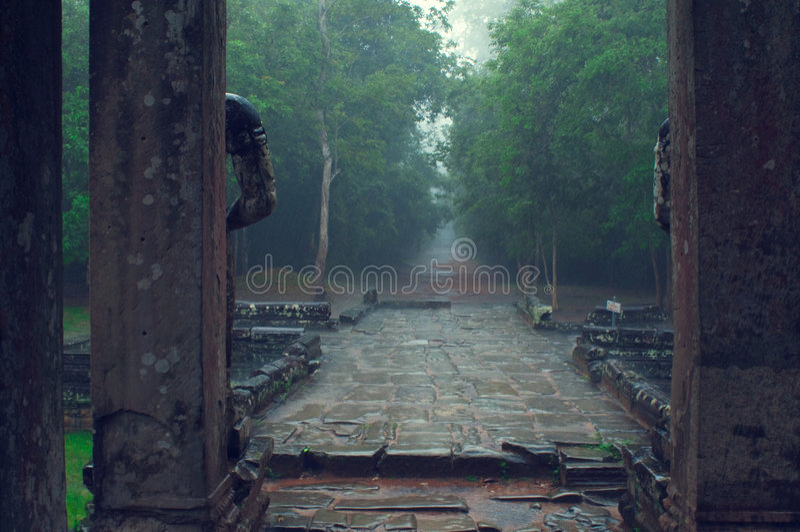 Entrada do templo do som de Ta na chuva. Angkor Wat foto de stock royalty free