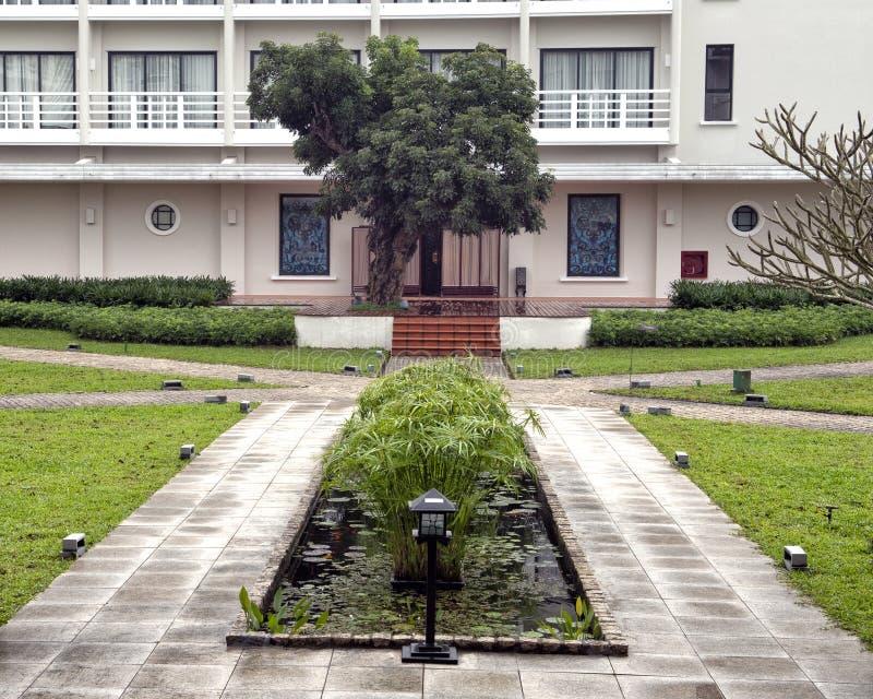 Entrada dos termas, residência do La de Azerai, um hotel de luxo na matiz, Vietname de cinco estrelas fotografia de stock
