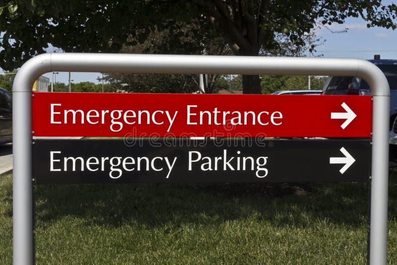 A entrada e o estacionamento da emergência assinam-me para um hospital local foto de stock royalty free