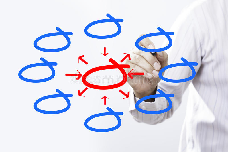 Entrada e saída da escrita do homem de negócios com diagrama center imagem de stock