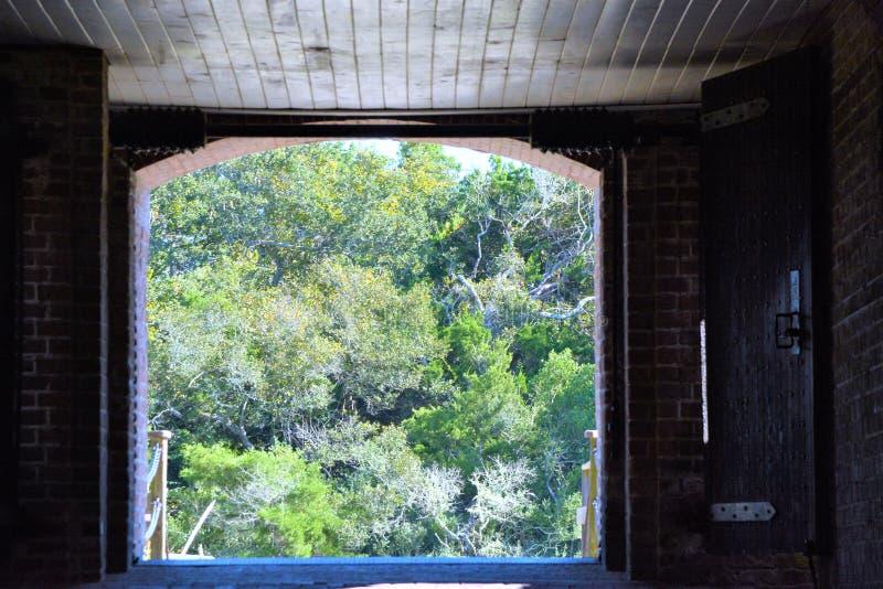 A entrada e a saída do pátio do rebitamento do forte consideraram muitos soldados vir e ir sobre o século passado fotos de stock