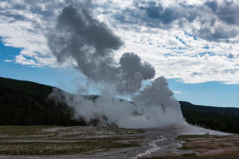 Entrada em erupção fiel velha no parque nacional Wyoming de Yellowstone fotos de stock royalty free