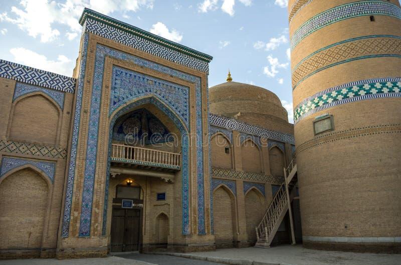 Entrada en el complejo de Islom Xoja en la ciudad de Khiva imagenes de archivo