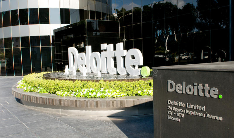 Entrada en el edificio de oficinas moderno Deloitte en Nicosia - Chipre fotos de archivo