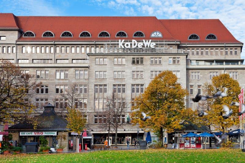 Entrada en KaDeWe de Wittenbergplatz en Berlín foto de archivo