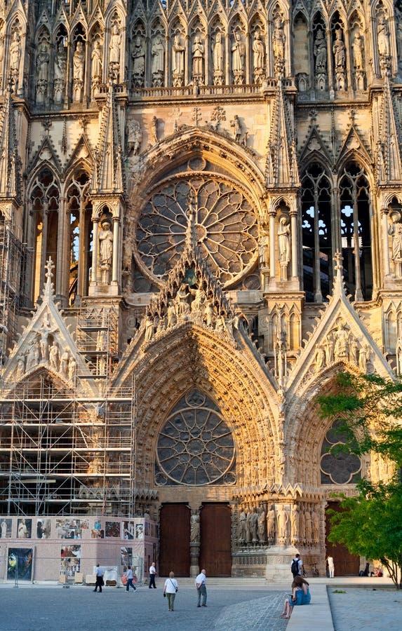 Entrada en la catedral de Notre Dame en Reims, Francia imagenes de archivo