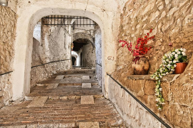 Entrada en la ciudad medieval de Pietramelara, en Italia foto de archivo libre de regalías