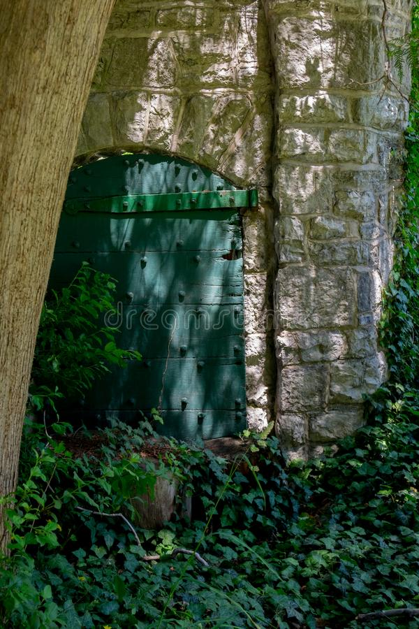 A entrada esquecida em jardins de Sonnenberg fotos de stock royalty free