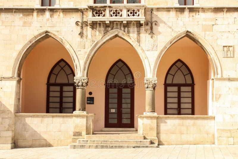 Entrada gótica Ayuntamiento en el cuadrado de la gente fractura Croacia fotografía de archivo
