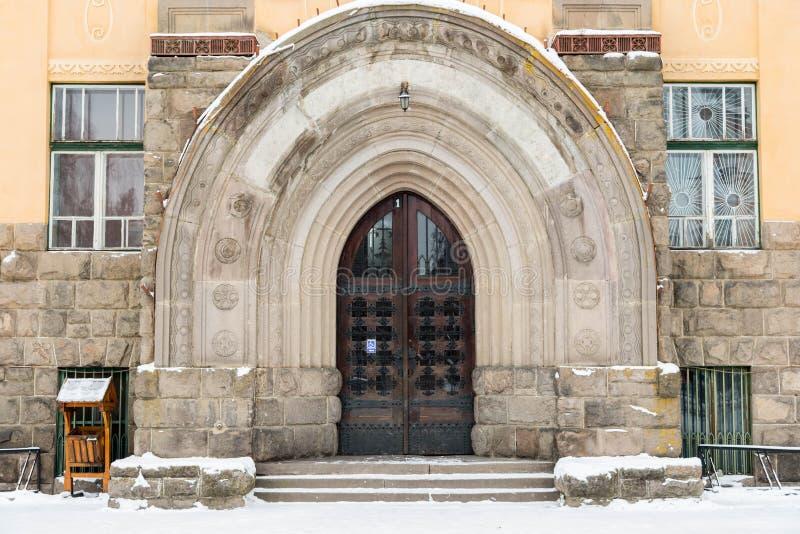 Entrada gótica de la puerta del roble en la institución pública fotos de archivo libres de regalías