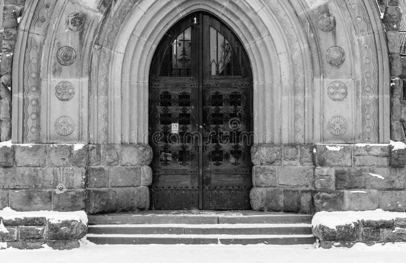 Entrada gótica de la puerta del roble en la institución pública fotografía de archivo libre de regalías