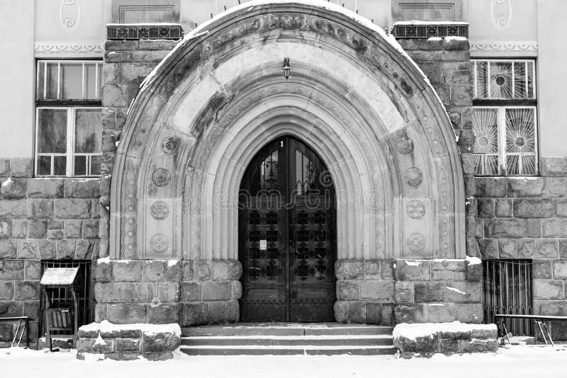 Entrada gótica de la puerta del roble en la institución pública en Transilvania fotografía de archivo libre de regalías