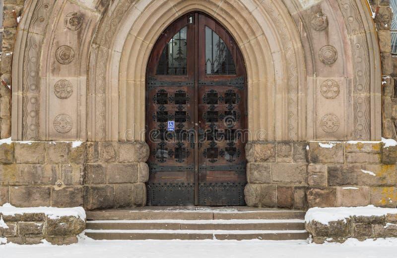 Entrada gótica de la puerta del roble en la institución pública en Transilvania fotos de archivo