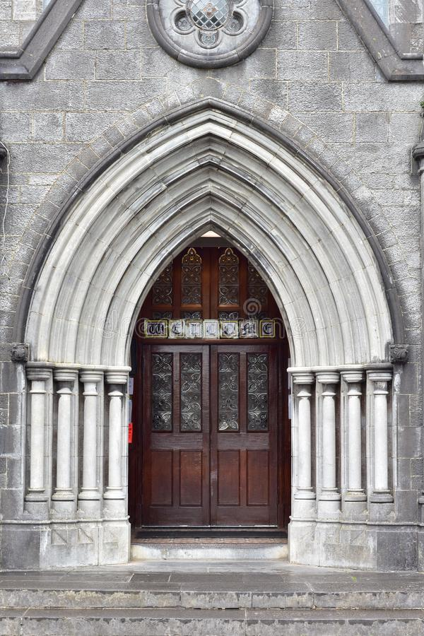 Entrada gótico de pedra da igreja imagens de stock