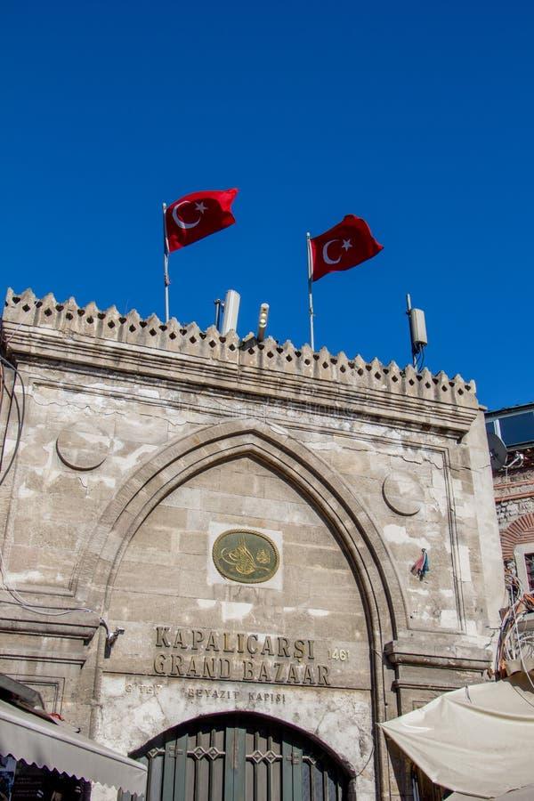 Entrada grande do bazar em Istambul, Turquia, na exposição foto de stock