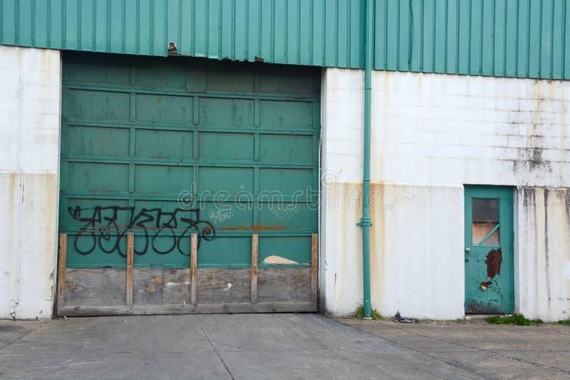 Entrada industrial de la puerta del garaje imágenes de archivo libres de regalías