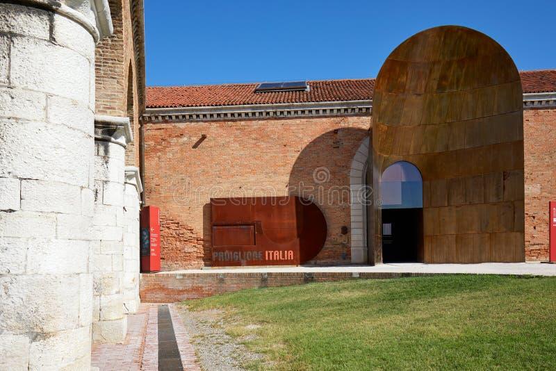 Entrada italiana del pabellón durante el arte bienal en Venecia, Italia fotografía de archivo libre de regalías