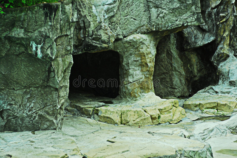 Entrada a la cueva en rocas imagenes de archivo