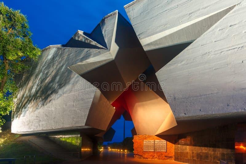 Entrada a la fortaleza en la noche, Bielorrusia de Brest imagenes de archivo