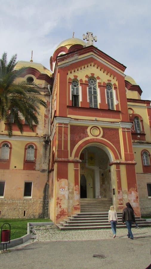 Entrada a la iglesia ortodoxa en Novy Afon, Abjasia Centro de la ortodoxia en el Cáucaso imagenes de archivo