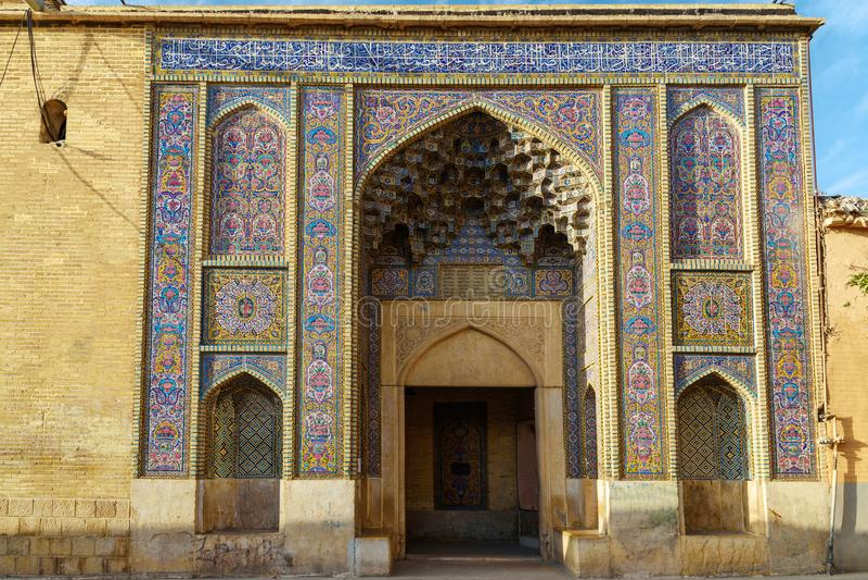 Entrada a la mezquita de Nasir Ol-Molk, también famosa como mezquita rosada shiraz irán fotos de archivo