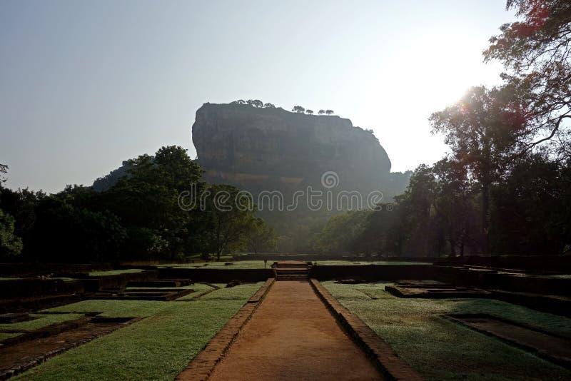Entrada a la roca de Sigiriya en la salida del sol fotos de archivo libres de regalías