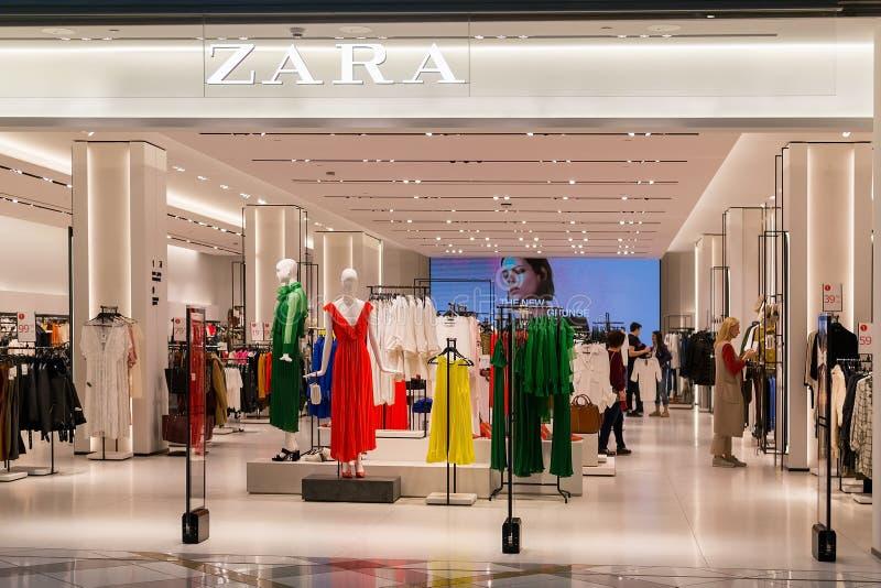Entrada a la tienda de Zara en el centro comercial magnífico de la alameda Sala de subastas brillante y de moda de Zara en Bulgar foto de archivo libre de regalías