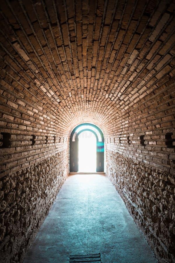 Entrada a la tumba antigua Heroon de Thracian en Pomorie, Bulgaria fotos de archivo