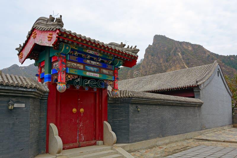 Entrada a los cuarteles de los militares en la Gran Muralla foto de archivo