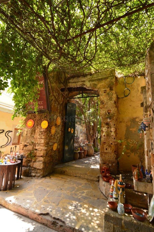 Entrada maravillosa a la tienda de souvenirs de cerámica en Chania Viaje de la arquitectura de la historia foto de archivo