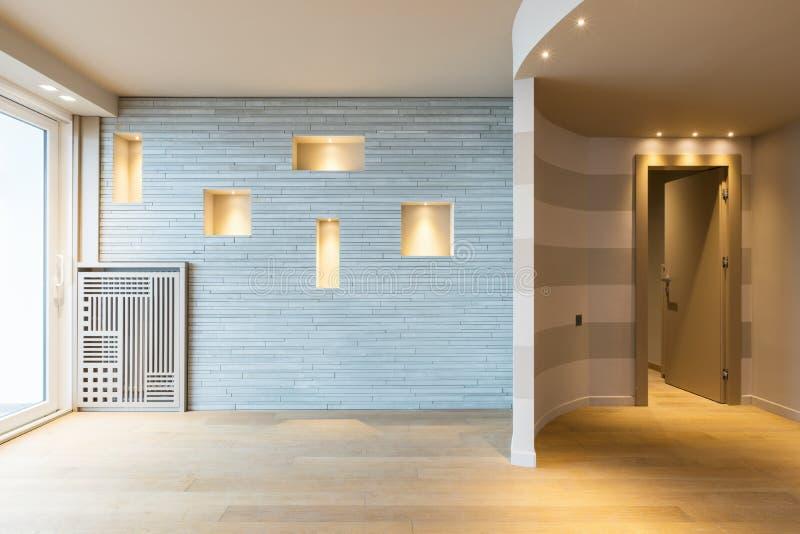 Entrada moderna do apartamento com as listras cinzentas na parede fotografia de stock