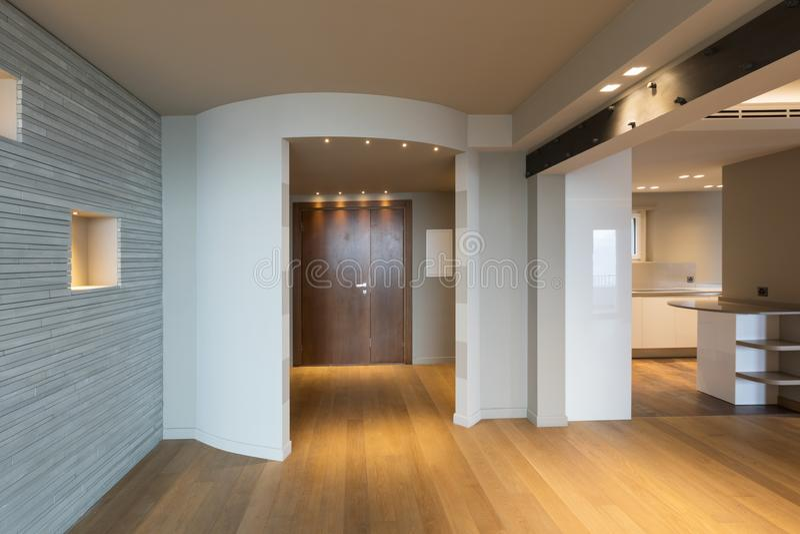 Entrada moderna do apartamento com as listras cinzentas na parede fotos de stock royalty free