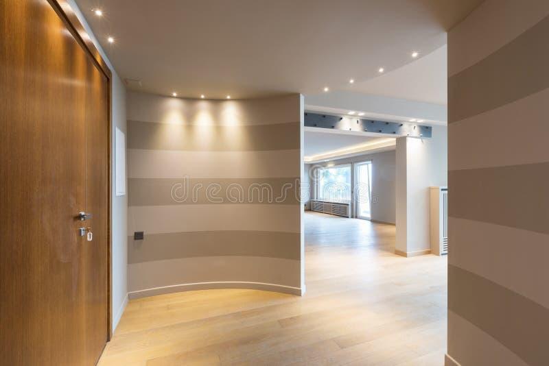 Entrada moderna do apartamento com as listras cinzentas na parede imagens de stock